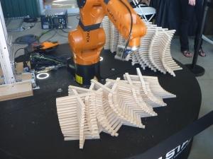 ボット&ドリー社のプログラムで木片を積み上げるロボットアーム