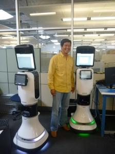 ワング氏は、手術ロボットAESOPを開発し、コンピュータ・モーション社を創設。2003年に同社をインテューイティブ・サージカル社に売却した。2002年にインタッチ・ヘルス社を設立。カリフォルニア大学サンタバーバラ校で、電気工学博士号を取得。同校では、中村仁彦東京大学教授(現)の教え子でもあった。