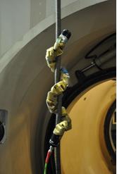 パイプの内側、外側をつたうヘビ型ロボット(カーネギーメロン大学のバイオロボティクス・ラボのサイトから)