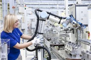 フォルクスワーゲン社の工場で利用されているUR5 (http://www.roboticsbusinessreview.comより)