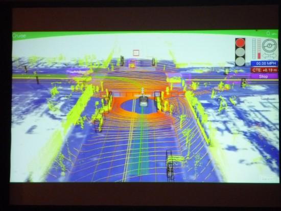 グーグルの自走車は、走行しながら回りの建物、車、人、自転車など個々に認識している