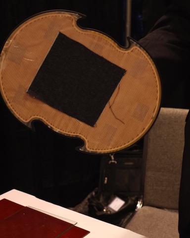 静電付着フィルムを取り付けたグラビット(Grabit)社のマニュピレーターならば、薄い布も掴める