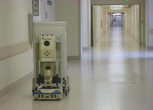 病院のスタッフ用通路を前進するタグ。これは薬品を運んでいるもの。