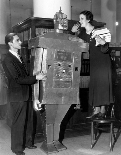 22歳の発明家が製作したロボット「ミスター・ジョン・キロワット・オーム」は、歩き,話し、タバコを吸い、火を噴いたという。(www.nyt.comより)