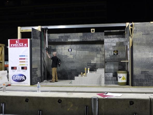 「障害物を取り除く」のブース。壊れかけた壁まで念入りに表現されている