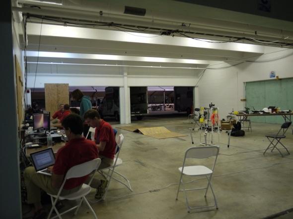 コロラド州のロボット愛好家たちが中心のチーム・モジャヴェイトンのガレージ