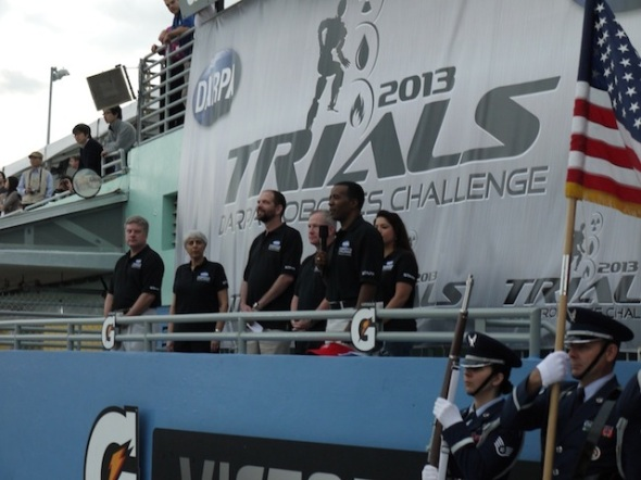 開会式の様子。左から2番目は、DARPAディレクターのアラティ・プラバカー氏,3番目はギル・プラット氏