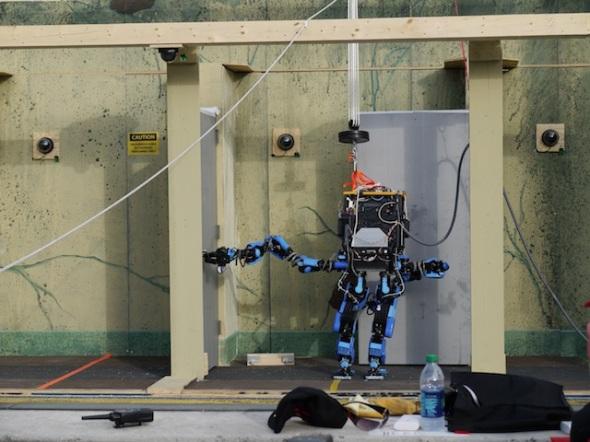 「ドアを開く」タスク中のシャフトのロボット