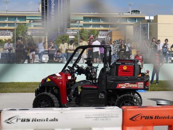車を運転中のDRC-Hugoロボット