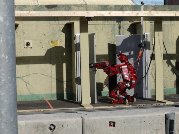 タータン・レスキューのロボット、チンプが「ドアを開く」のタスク中