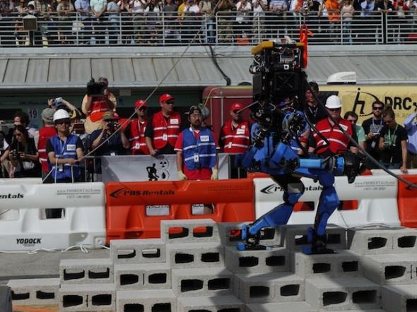 シャフトのロボットが「デコボコの地面を歩く」のタスクを行っている様子