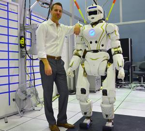 NASA JSCのロボット「バルカリー』とチームリーダーのニコラス・レッドフォード氏(www.http://spectrum.ieee.org/より)