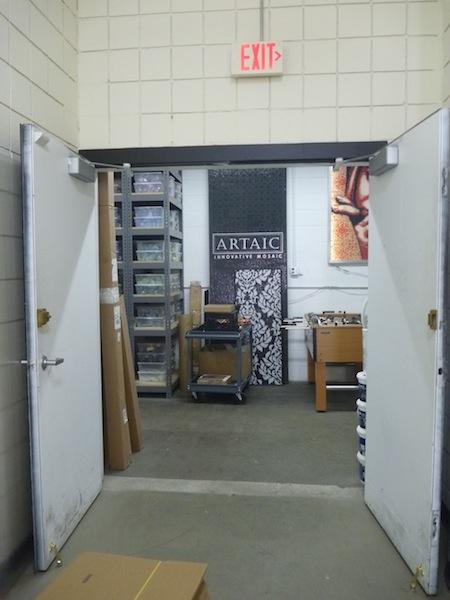 ボストンの倉庫街にあるアルテイック社の入り口
