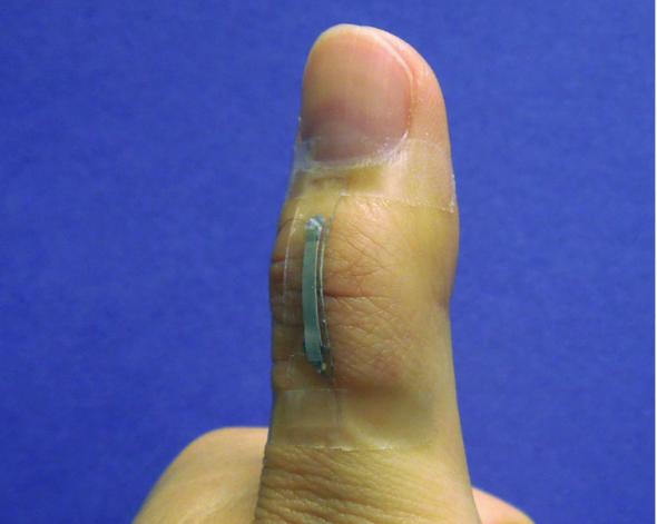 銀ナノワイヤーを用いた曲げの効くセンサー(http://phys.org/より)
