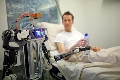 クラウドで結ばれたロボットが、それぞれのタスクを行う(http://www.roboearth.org/より)
