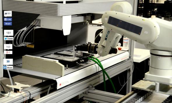 トランスクリプティック社で用いられているロボットアーム(http://www.theverge.com/より)