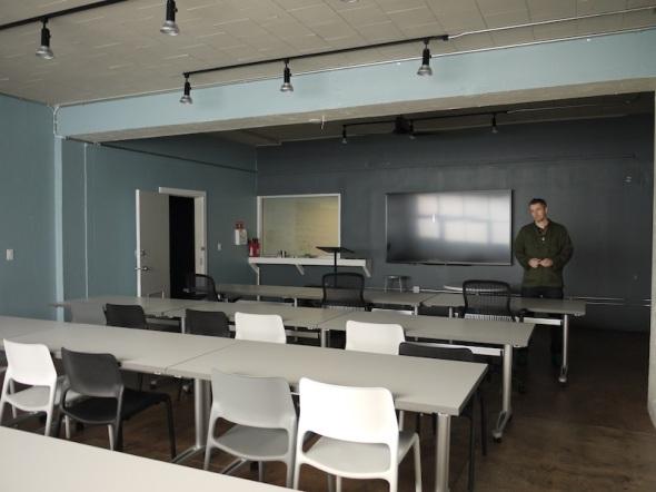 レクチャー室では、ハードウェアを製造に乗せ、スタートアップを軌道に乗せるまでのさまざまな知識が共有される