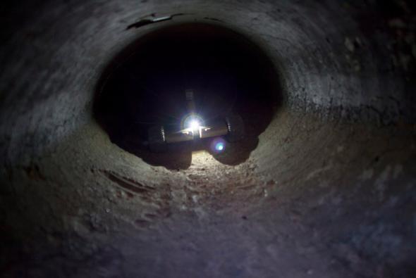 国境地域で、地下のトンネルを探索するロボットが活躍(http://www.nytimes.com/より)