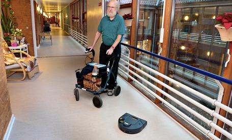 高齢者施設ではコスト・カットにも貢献するお掃除ロボット(http://www.theguardian.com/より)