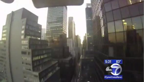マンハッタンのビルの間を飛行し、路上に墜落したドローンのビデオから