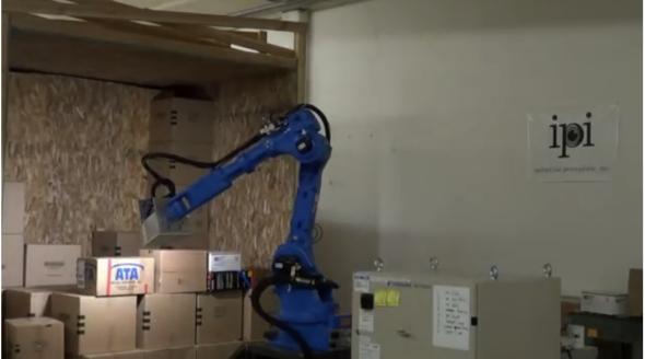 グーグルが買収した会社のひとつ、IPI社のロボットは、箱を見分けて持ち上げる(http://www.youtube.com/watch?v=nHohqPChqjcより)