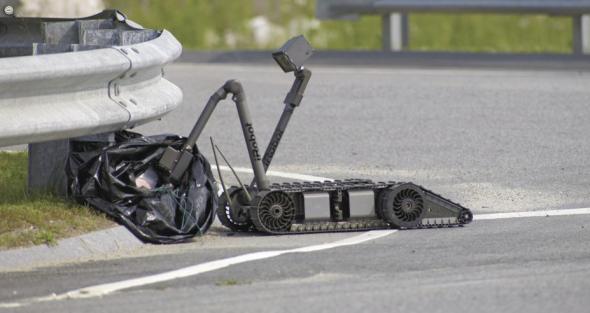 車の下、袋の中、パックボットは危険物を探す(http://www.irobot.com/より)