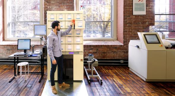 ピルパック社のロボットが、薬品をパッケージ化する(https://pillpack.com/より)