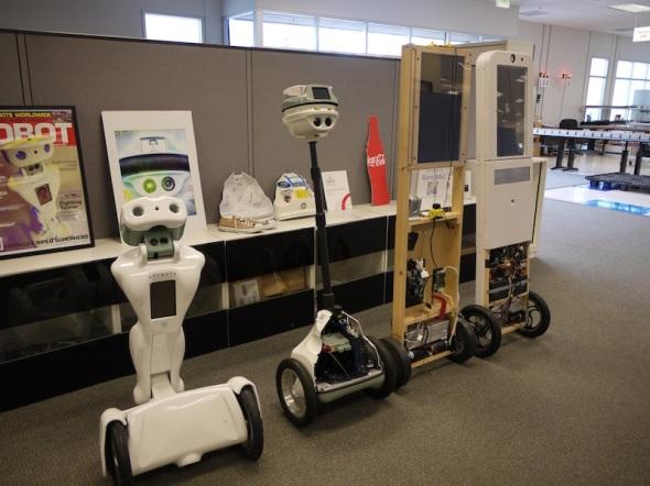 エニーボッツ社代々のロボット。手前からQA、QB、向こうふたつはQ(x)のプロトタイプ