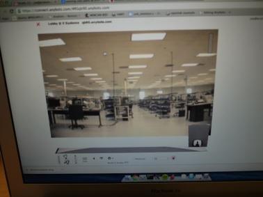 操作画面。こちらにはロボットの目に映る風景が、スクリーンいっぱいに見える。キーボードで操作して走行させる