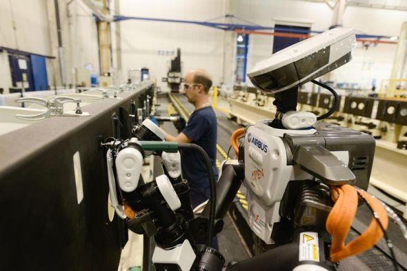 エアバス社の工場で作業員と並んで働くネクステージ