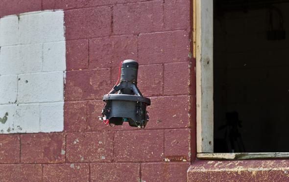 サイファイ社の無人航空機EASEは、窓から侵入して環境をモニターできる
