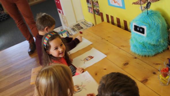 オリガミ・ロボティクス社のロミボとやりとりする子供たち