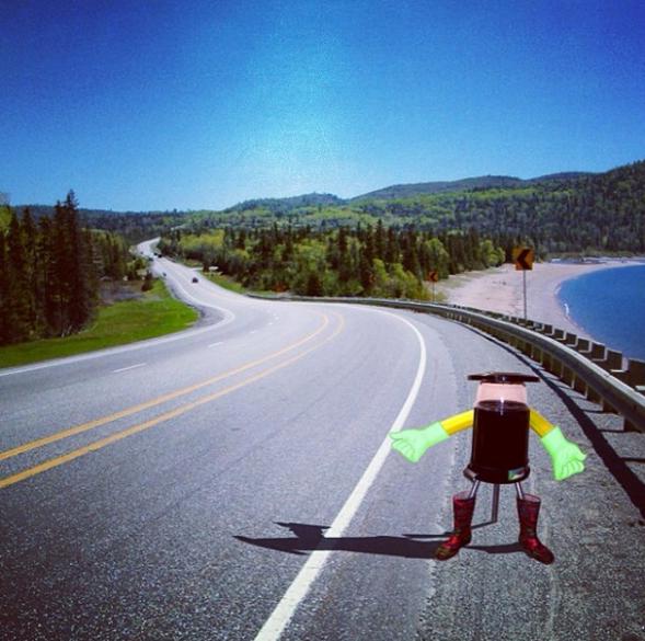 こんなロボットが道路脇で手を挙げていたら、思わず乗せたくなる?(http://www.hitchbot.me/より)