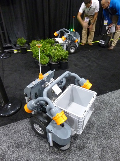 向こう側がこれまでの鉢植え運搬ロボット、手前は新しいボックス運搬ロボット