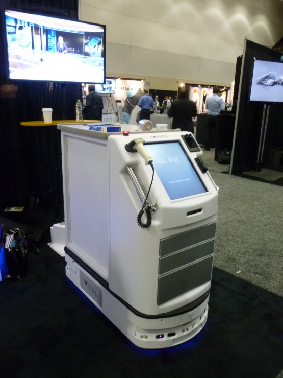 ヴェクナ社のQCボットは、タッチスクリーンのインターフェイスが大きい。