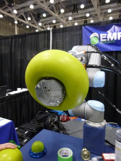 ヴァーサボールはジャミング転移という物理現象を利用。商用には2つのサイズを発売。これでゴルフボールからビーチボールまでつかめるという