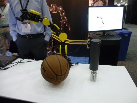 軽量アームを開発するローバイ社は、ビジョン技術のエナジット社との共同出展