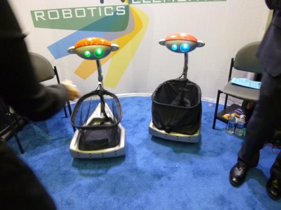 バジーは、空港での買物やスーツケースの運搬、身体障害者のショッピングのお伴ロボットなどを想定