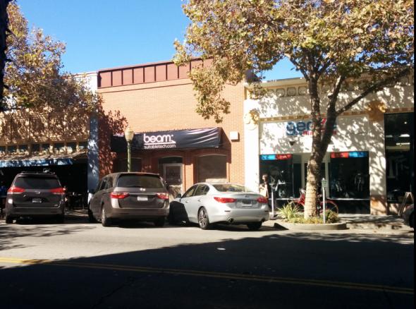 パロアルトの目抜き通りにある、スータブル・テクノロジーズ社の看板のかかった店舗スペース