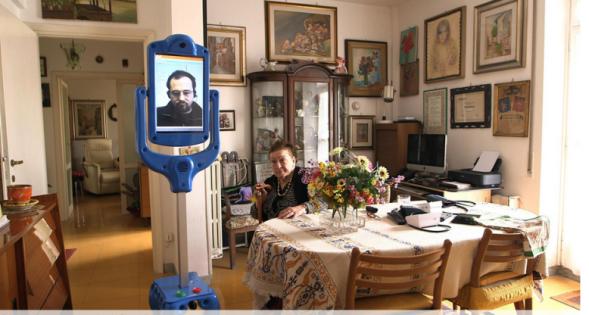 94歳の高齢者宅で動き回るテレプレゼンス・ロボット。GiraffPlusプロジェクトによるもの。(http://www.lifeinitaly.com/より)