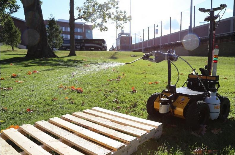 ワーセスター工科大学で開発された殺菌ロボットのプロトタイプ(www.nyt.comより)