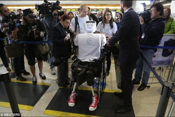 車椅子に載せられて搭乗するアセナ。これからこんなロボットも乗客の1人になる?(http://www.dailymail.co.uk/より)