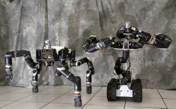 ロボシミアン(左)と並ぶと、こんな大きさ(http://www.engadget.com/より)