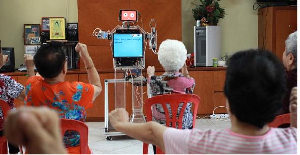 ロボット「シューアン」に合わせて体操するお年寄りたち(http://www.straitstimes.com/より)